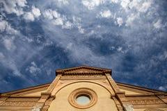 Regarder une église avec le ciel Images stock