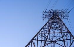 Regarder une tour électrique de transmission photo libre de droits