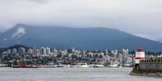 Regarder Vancouver et montagnes du nord Photographie stock libre de droits