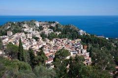 Regarder vers le bas la ville d'histoire de Taormina en Sicile Photographie stock