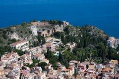 Regarder vers le bas la ville d'histoire de Taormina en Sicile Image stock