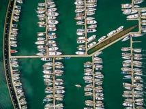 Regarder vers le bas les bateaux amarrés Photographie stock libre de droits
