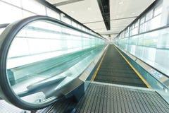Regarder vers le bas les escalators multiples dans un immeuble de bureaux ou une CMA Photo libre de droits