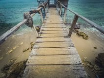 Regarder vers le bas sur le pilier en bois la plage Images libres de droits