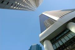Regarder vers le haut des immeubles de bureaux Photos stock