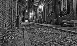 Regarder vers le haut la rue de gland la nuit à Boston Image libre de droits