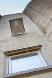 Regarder vers le haut le vieux silo concret Photos libres de droits