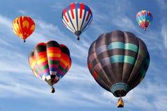 Regarder vers le haut les ballons à air chauds dans le ciel nuageux Photographie stock