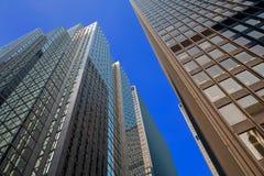 Regarder vers le haut les gratte-ciel Photo stock
