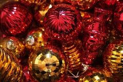 Regardez à l'intérieur d'une boîte complètement de boules de Noël Images stock