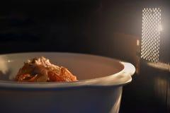 Regardez à l'intérieur du bol blanc de nourriture de micro-onde, dans une atmosphère chaude et un espace supérieur vide pour le t photos stock