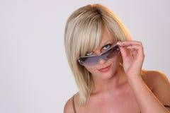 Regardez au-dessus des lunettes de soleil Images stock