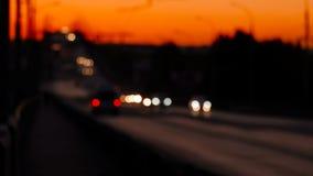 Regardez au-dessus du passage supérieur avec les voitures defocused, coucher du soleil clips vidéos