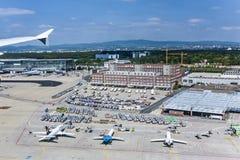 Regardez au nouveau terminal 2 à l'aéroport international de Francfort Image libre de droits