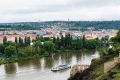 Regardez au Vltava la rivière et le bateau de rivière de la roche de Vysegrad à Prague Image stock