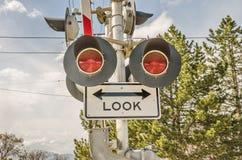 Regardez avant de croiser le signe Photo libre de droits