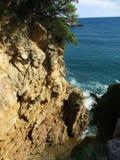 Regardez de ci-dessus des vagues sur les roches h Photographie stock