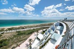 Regardez du balcon d'hôtels au littoral d'Alicante Image libre de droits