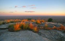 Regardez du communiyt de falaises chez Carolina Fall Foliage Lake du sud hors de la ville photographie stock