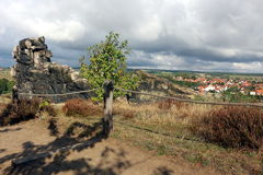 Regardez du mur Teufelsmauer de ` de diables à Weddersleben Photographie stock libre de droits