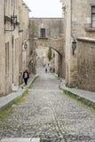 Regardez en bas de la rue des chevaliers ville de John Rhodes de saint de la vieille image stock