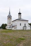 Regardez l'église de résurrection et la place centrale pavée en cailloutis dans la ville de Suzdal Russie Photos libres de droits
