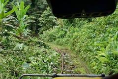 Regardez l'avant d'un ` fait maison de train de fantôme de ` qui courent sur les voies ferrées abandonnées photo libre de droits