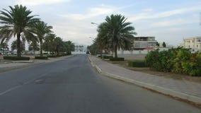 Regardez l'entraînement sur la ville des routes de Muscat, Oman, Moyen-Orient, point de vue de véhicule de GCC conduisant sur le  banque de vidéos