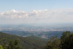 Regardez la capitale Zagreb de Medvednica, montagne d'OD Croatie de Sljeme avec la forêt verte, le ciel bleu et les nuages blancs image stock