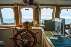 Regardez la carlingue capitan de cuvette avec le volant sur le bateau Photographie stock