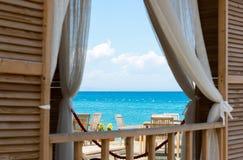 Regardez la mer de la fenêtre de la Chambre Photos stock