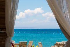 Regardez la mer de la fenêtre de la Chambre Image stock