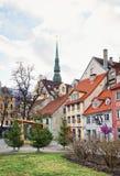 Regardez la place de Livu dans la vieille ville de Riga Photographie stock libre de droits