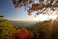 Regardez la roche plus bas donnent sur sur l'ouest de route express de collines en automne Photos stock