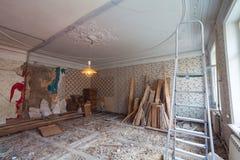 Regardez la salle de vintage avec l'ornementation sur le plafond de l'appartement pendant la rénovation, la retouche et la constr Photo stock