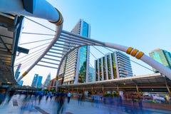 Regardez le bâtiment moderne de paysage urbain la nuit le coucher du soleil et du trafic dedans Photos stock