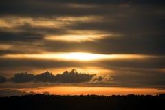 Regardez le coucher du soleil et le ciel chaud dans le temps de soirée Images libres de droits