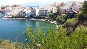 Regardez le fron la montagne à la ville de Nikolaos d'agios Photographie stock