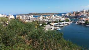 Regardez le fron la montagne à la ville de Nikolaos d'agios Images stock