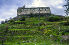 Regardez le monasterymédiéval d'onsur la colline pendant le jour d'automne, après pluie Image stock