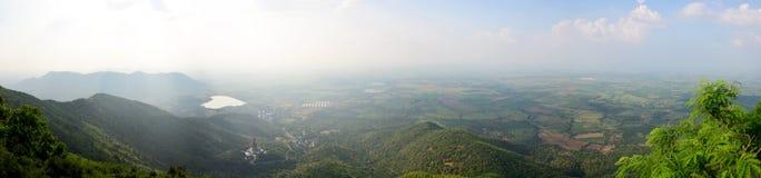 Regardez le paysage et la montagne de Khao Wong Phrachan dans Lopburi, Thaïlande photographie stock