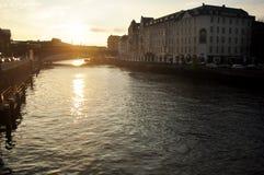 Regardez le paysage et le paysage urbain avec la rivière de pont et de fête de Weidendammer Photographie stock libre de droits
