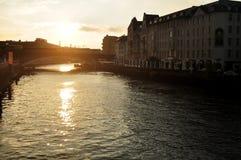 Regardez le paysage et le paysage urbain avec la rivière de pont et de fête de Weidendammer Photo libre de droits