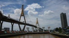 Regardez le paysage et le paysage urbain d'Amphoe Phra Pradaeng au pont de Bhumibol avec le fleuve Chao Phraya clips vidéos