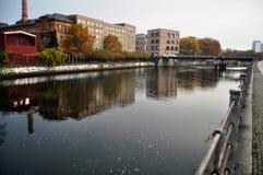 Regardez le paysage et le paysage urbain de la rive de la rivière de fête en automne saisonnier Image libre de droits