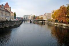 Regardez le paysage et le paysage urbain de la rive de la rivière de fête en automne saisonnier Photographie stock