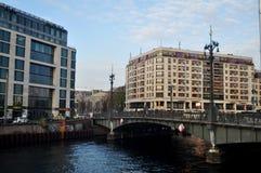 Regardez le paysage urbain et le bâtiment classique avec la rivière de pont et de fête de Weidendammer Photographie stock libre de droits