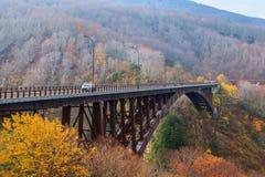 Regardez le pont de Jogakura et la montagne colorée dans la saison d'automne, ao Photos stock