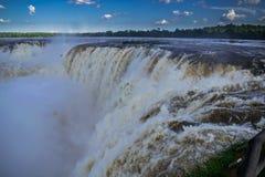 Regardez les cascades magnifiques d'Iguazu photo libre de droits