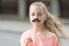 Regardez ma moustache Joie de bonheur et concept d'amusement Visage heureux de sourire de longs cheveux d'enfant Vacances d'?t? A photos stock